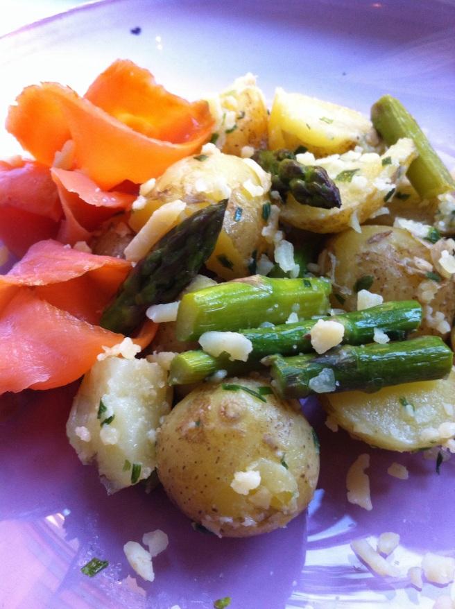 Potatissallad med sparris & gräslök